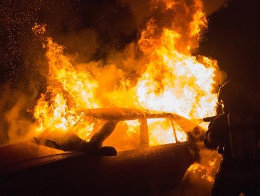 Auto in fiamme protetta da assicurazione casco totale