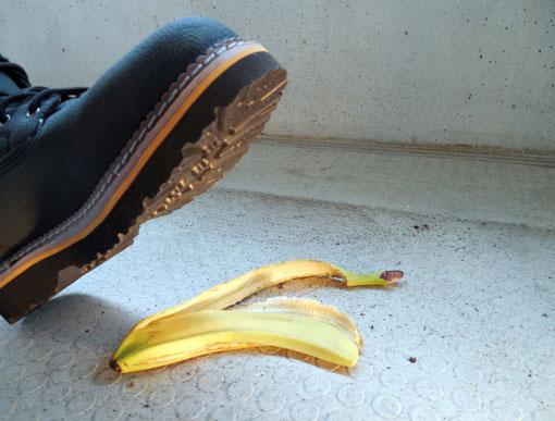 Piede su buccia di banana
