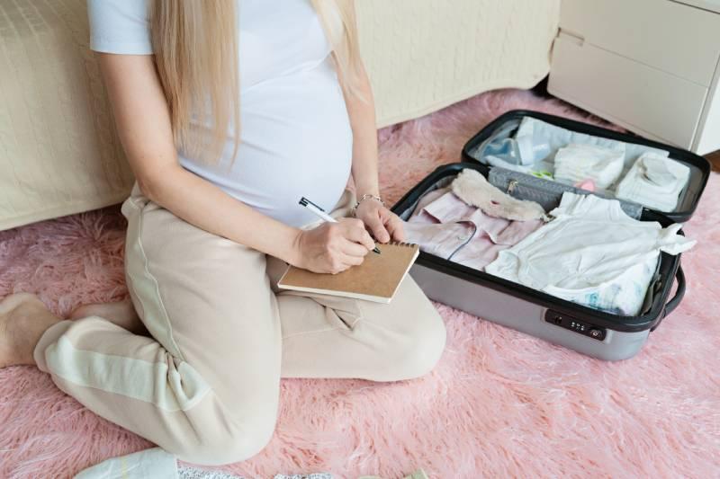Donna incinta prepara valigia per parto