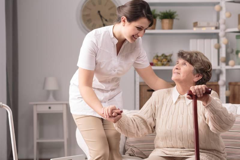 Infermiera aiuta anziana a domicilio